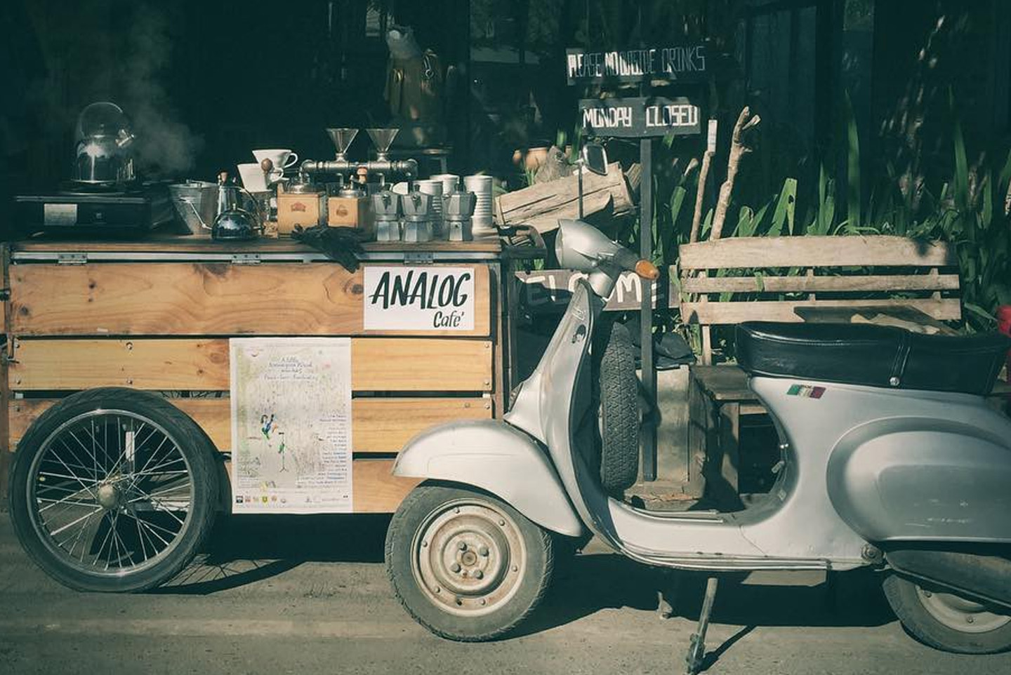 Analog Cafe, Pai